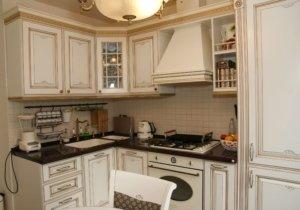 Кухня классическая белая патина золото с витражом Афина Оро