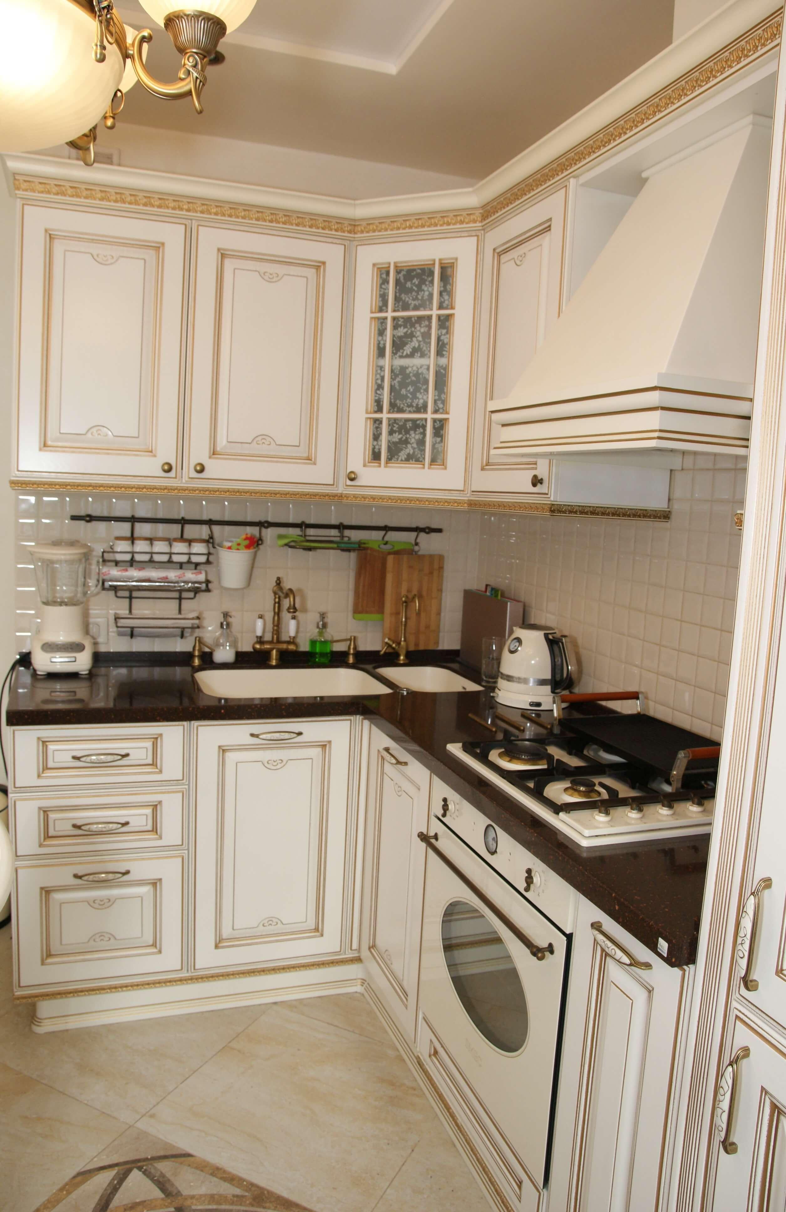 Кухня белая патина золото с витражом Афина Оро