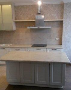Белая кухня в классическом стиле Скалли Бьянко массив ясеня производство Италии, столешница искусственный камень Corian Clam