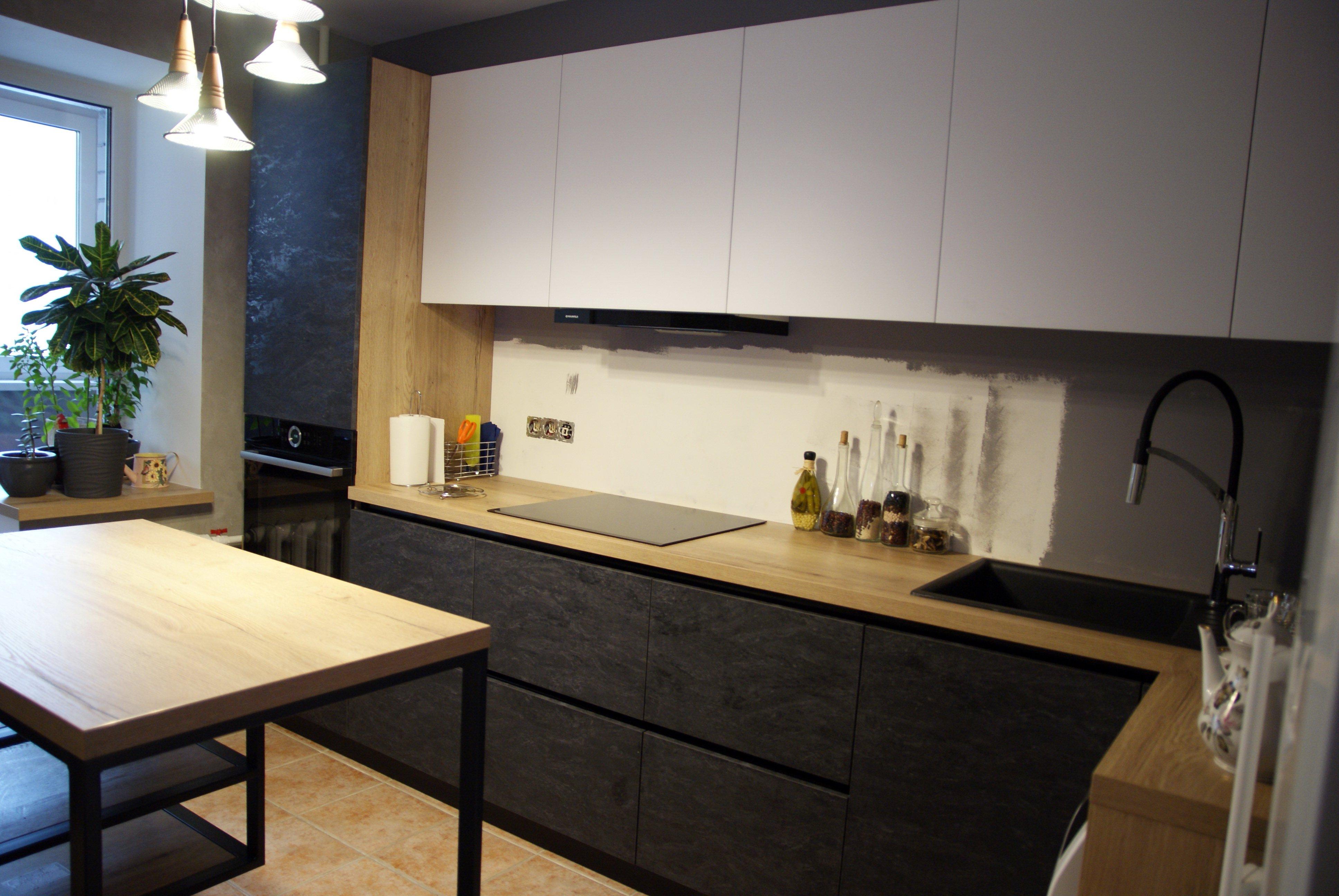 Кухня в современном стиле металлическим столом