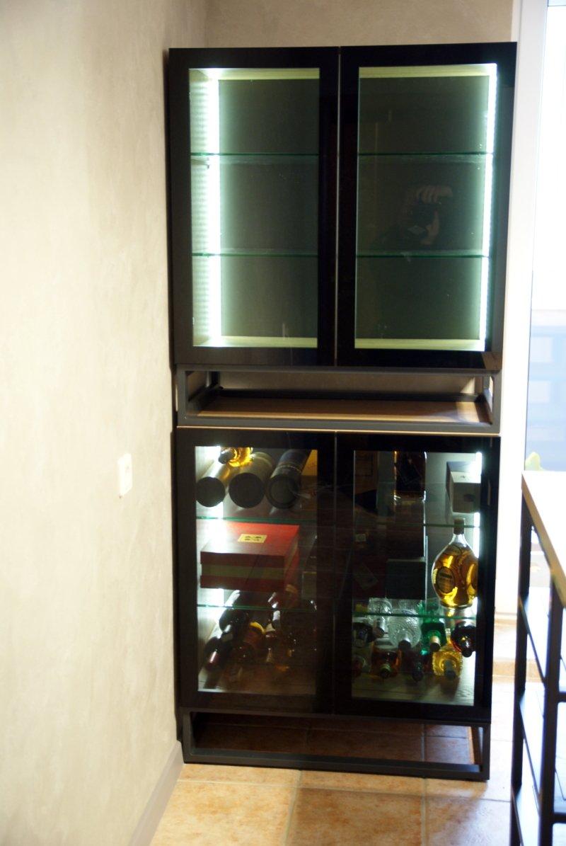 Шкаф: из ДСП Egger Дуб галифакс натуральный Основание металлопрофиль 40х20 с зачисткой сварочных швов и полимерным покрытием, цвет антрацит. Фасады AL профиль Z11, цвет коньяк. Вставка - тонированное стекло с выкраской черного цвета по периметру профиля. Внутри полки из тонированого стекла толщиной 10 мм и подсветка с сенсорным датчиком на движение руки.