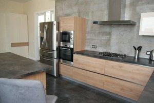 Кухня современная Фасад: структурированное дсп Cleaf Hachey Brook s128 Pembroke (Италия). Корпус: ЛДСП EGGER Столешница – Посформинга Duropal rabac (Германия)