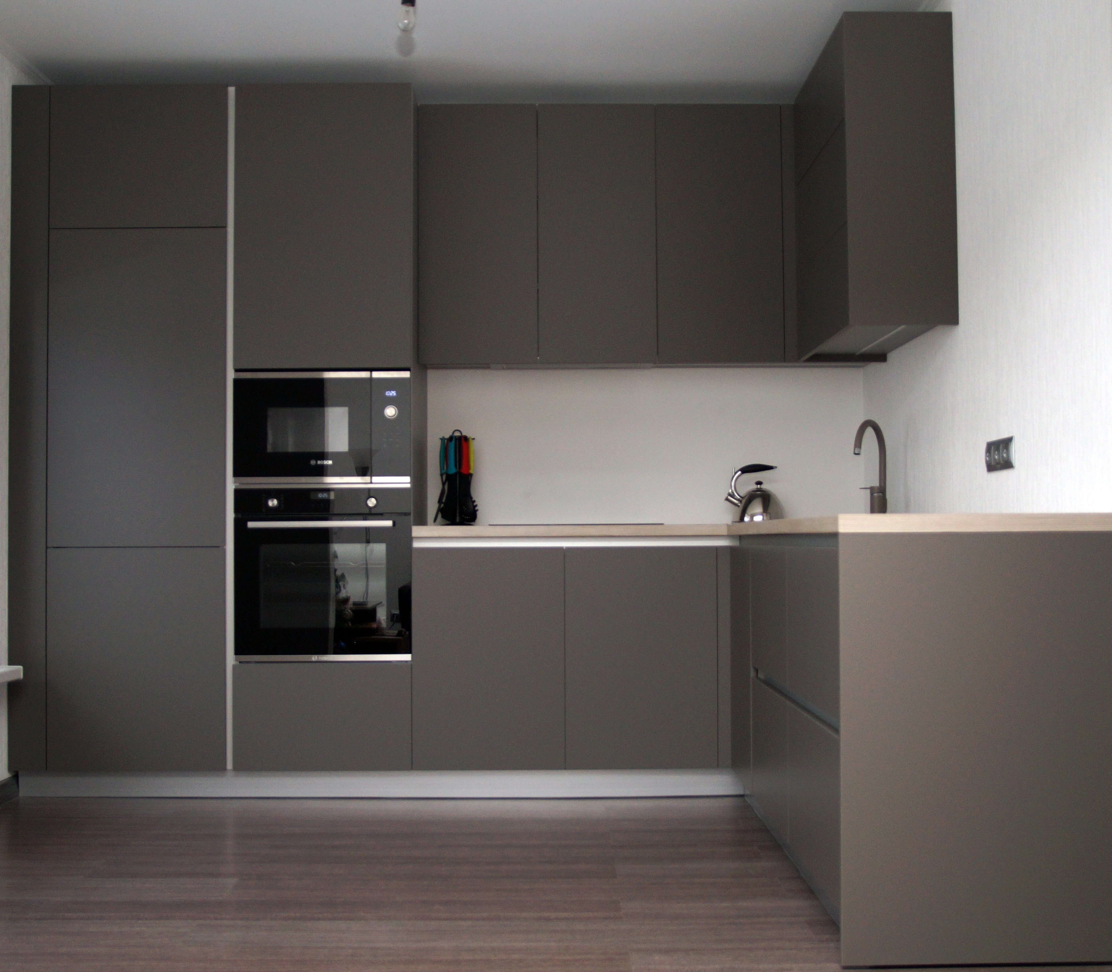 Кухня темно серая в современном стиле