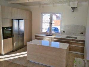Кухня в современном стиле под массив дуба Фасады: Дуб Галифакс + Флитвуд Шампань с интегрированной ручкой-профилем Столешница: 12 мм акрил Staron Tempest FP 112