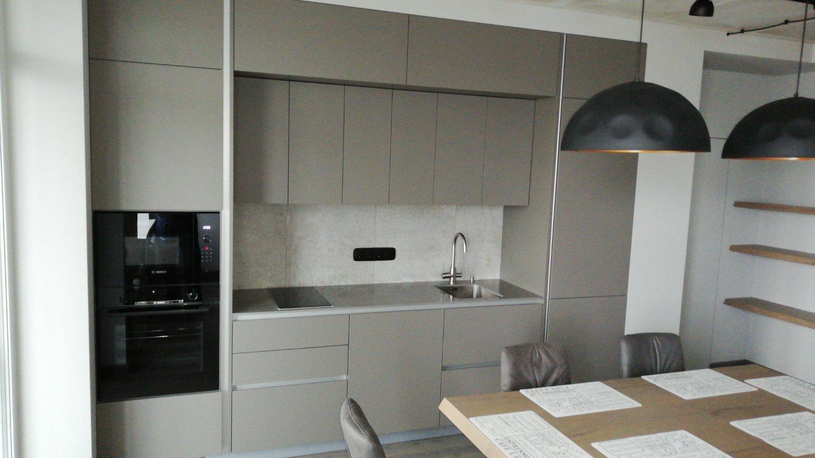 Кухня серого цвета в современном стиле Fenix