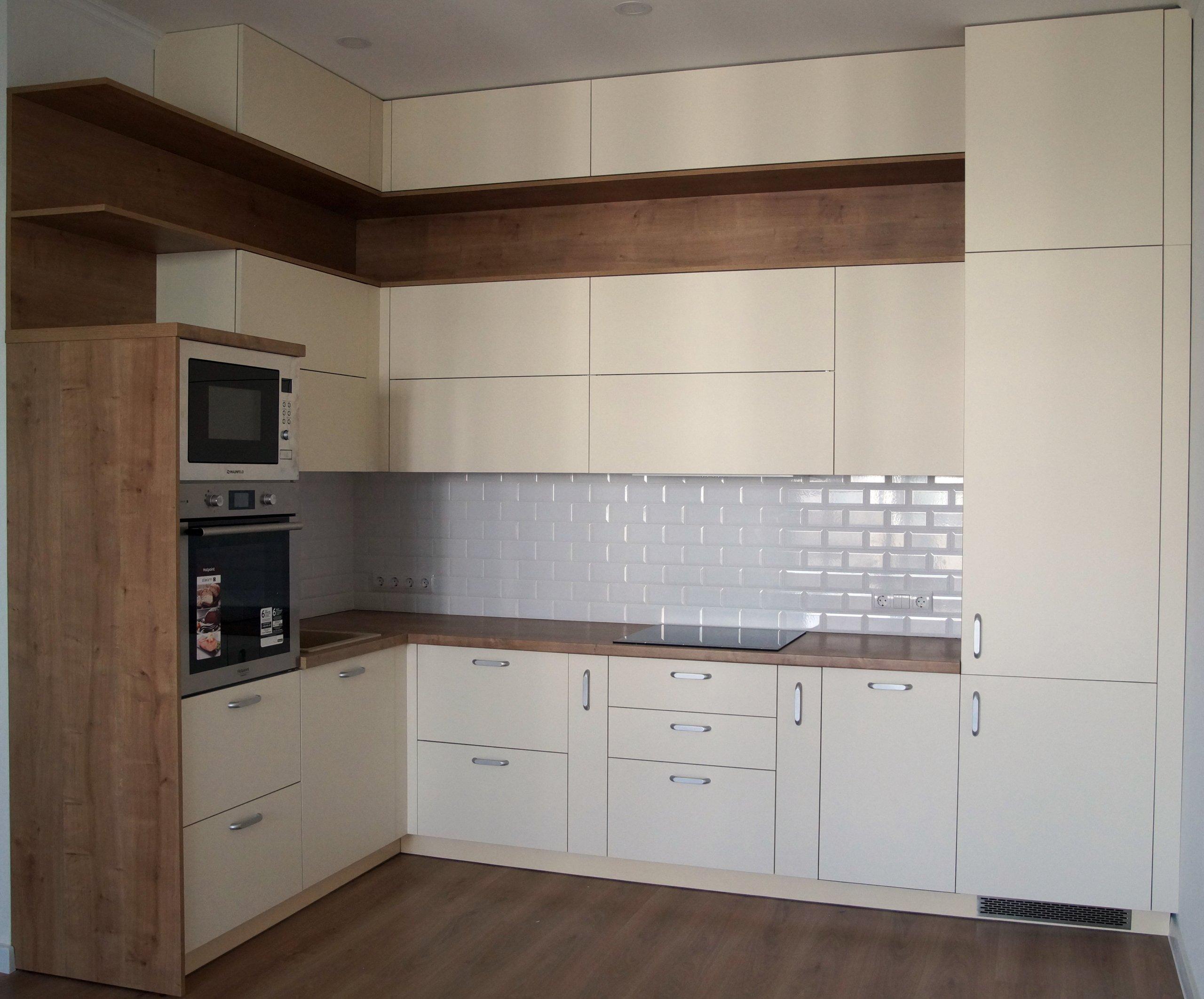 Кухня светлая с деревянными элементами в современном стиле