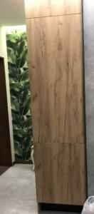 Кухня Фасады верхней базы: стекло лакобель ультра белый матовый Фасады нижней базы: Alvic Syncron EVORA EV-004-JA (дсп альвик синхрон Эвора 004) Столешница: Duropal r4262/20027rt дуб ланцелот Фурнитура: Скрытые ручки-профиль Schuco, петли и выдвижные ящики BLUM, сушка для посуды SIGE/нержавеющая сталь Корпус: ЛДСП Egger LED подсветка с датчиком включения
