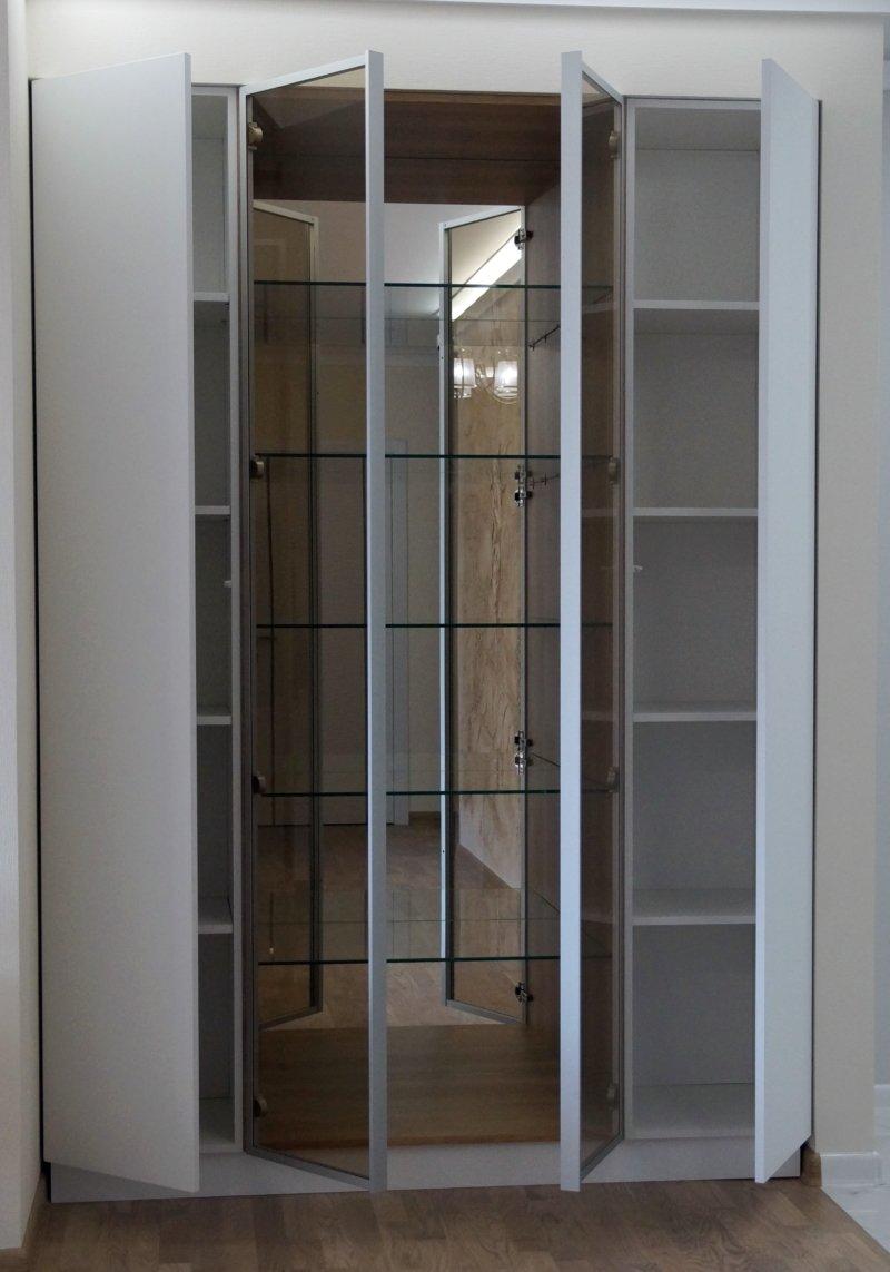 Фасады: Алюминиевый профиль z-1 ручка U9 и стекло бронза, Акрил (senosan) S-Line C02 Белый Матовый с кромкой AirTec Корпус: стекло 8мм, ЛДСП Egger H3331 Дуб Небраска
