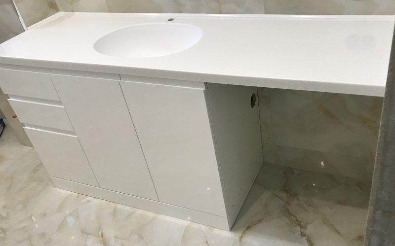 Ванная комната Фасады: мдф крашенные с интегрированной ручкой Столешница из искусственного камня Samsung Staron PI811 Ice Фурнитура: петли и выдвижные ящики BLUM Корпус: ЛДСП Egger